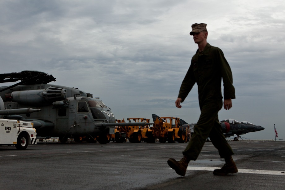 A US Navy crew member on board the USS Makin Island walks along the flight deck, in Hong Kong on August 20, 2014. Makin Island (LHD-8) a Wasp-class amphibious assault ship and the second ship of the US Navy to be named Makin Island, was laid down on February 14, 2004 by the Ingalls Shipbuilding, Pascagoula, Mississippi and was christened on 19 August 2006. AFP PHOTO / ANTHONY WALLACE