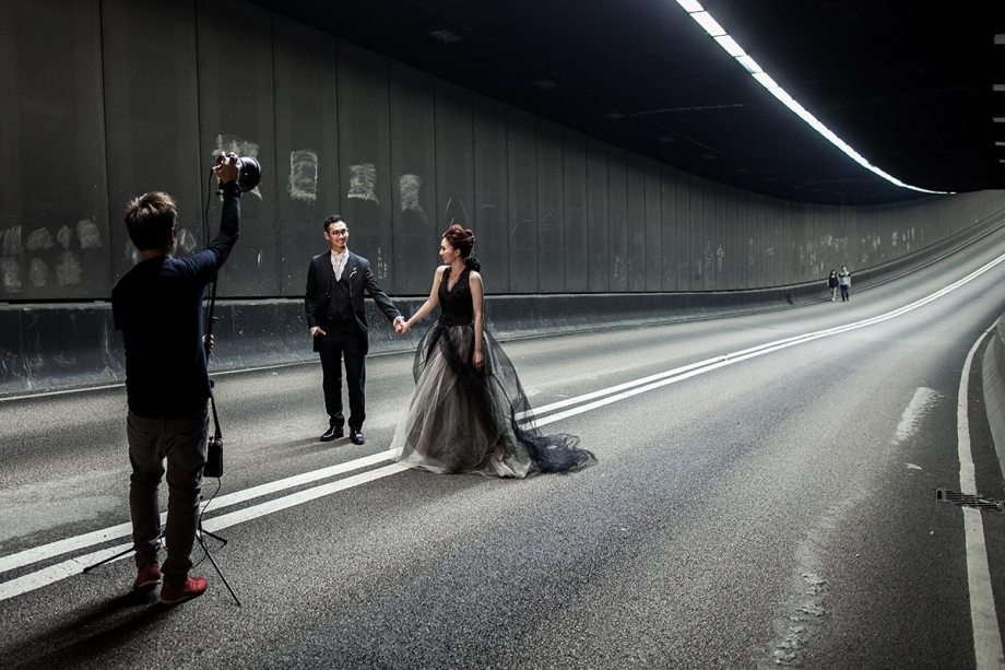 A couple pose for wedding photographs in a tunnel usually busy with traffic, leading to a main road occupied by pro-democracy protestors in the Admiralty district of Hong Kong on October 11, 2014. A Hong Kong pro-government group said Saturday demonstrators occupying main roads to protest for full democracy would find themselves surrounded if the city's administration failed to clear the barricades. AFP PHOTO / ANTHONY WALLACE